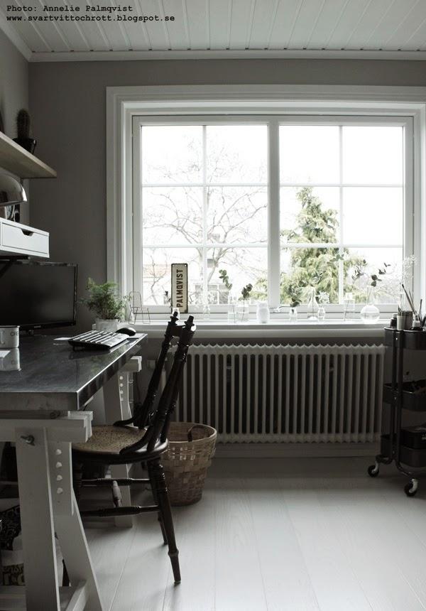 ateljé, arbetsrum, stort fönster, vit fönsterbänk, vitt, grått, skrivbord, bockben till skrivbord, ikea, ljust rum, jul,