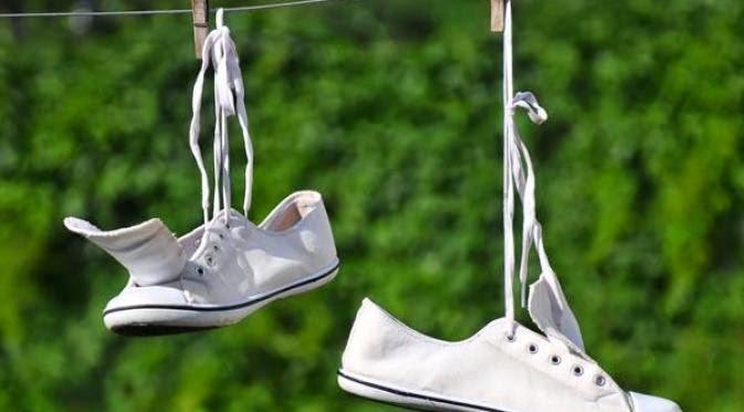 Tips Alami Hilangkan Noda Membandel Pada Sepatu Berbahan Kain