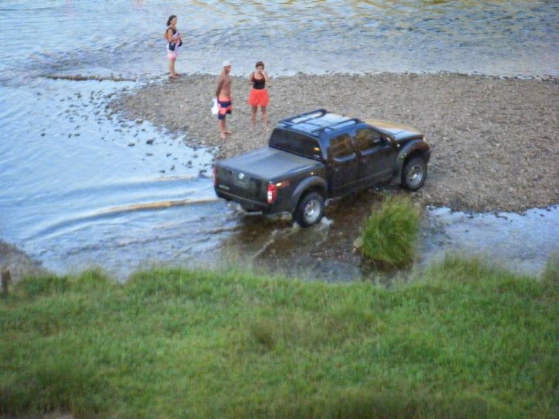 Carros vão para o meio do rio Guadiana