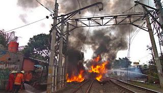 Foto Kecelakaan Kereta Api Tabrak Truk Tangki Di Bintaro
