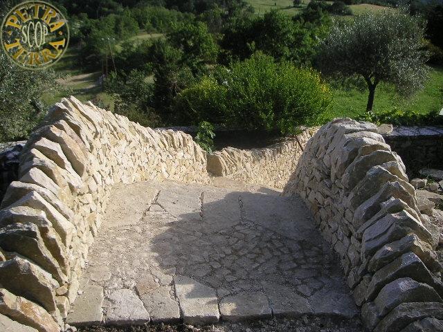 Petra terra scop transformation d 39 un escalier escalier for Construire un escalier en pierre seche