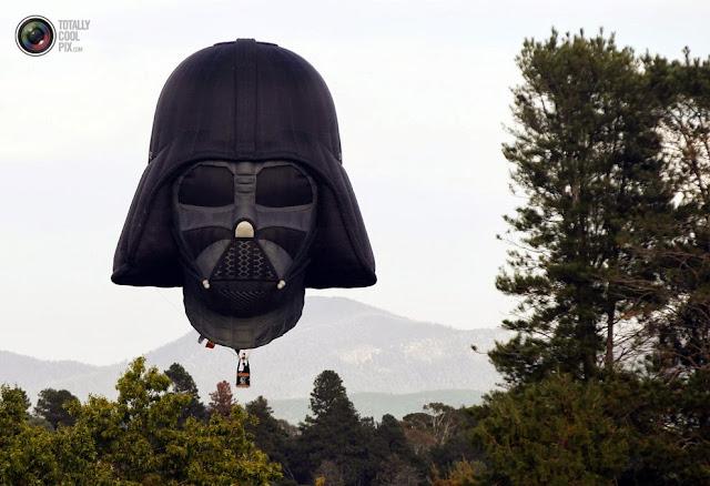 Воздушный шар в виде головы Дарта Вейдера приземляется после полета над Канберрой, Австралия. (Daniel Munoz/REUTERS)