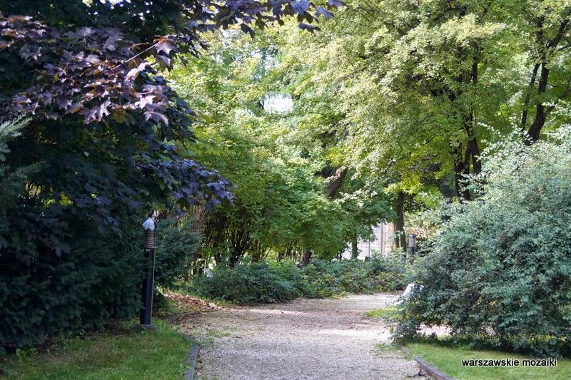 park ogród Warszawa Wola tereny zielone Wola Park rośliny pomnik aleja