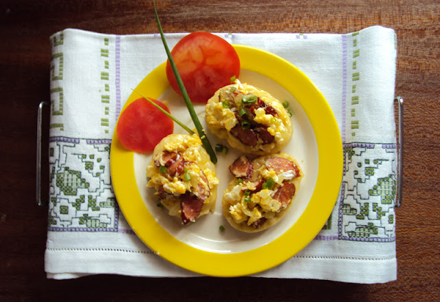 grzanki z serem i jajecznicą z kabanosami