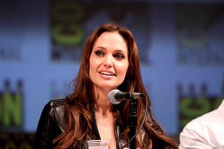 Angelina Jolie retira os seios por medo de câncer de mama