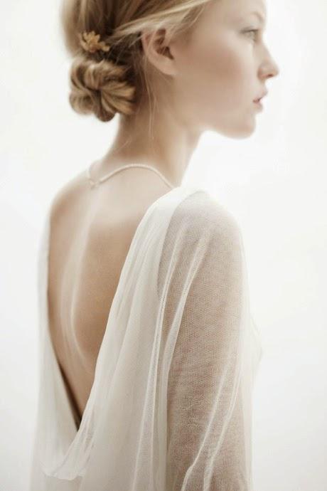 robes de mariée style naturel et sophistiqué avec décolleté dos nu