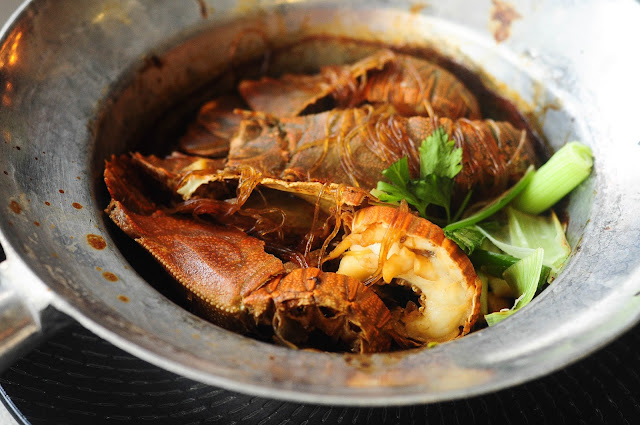 Juicy crayfish with thai garlic pepper sauce clay pot