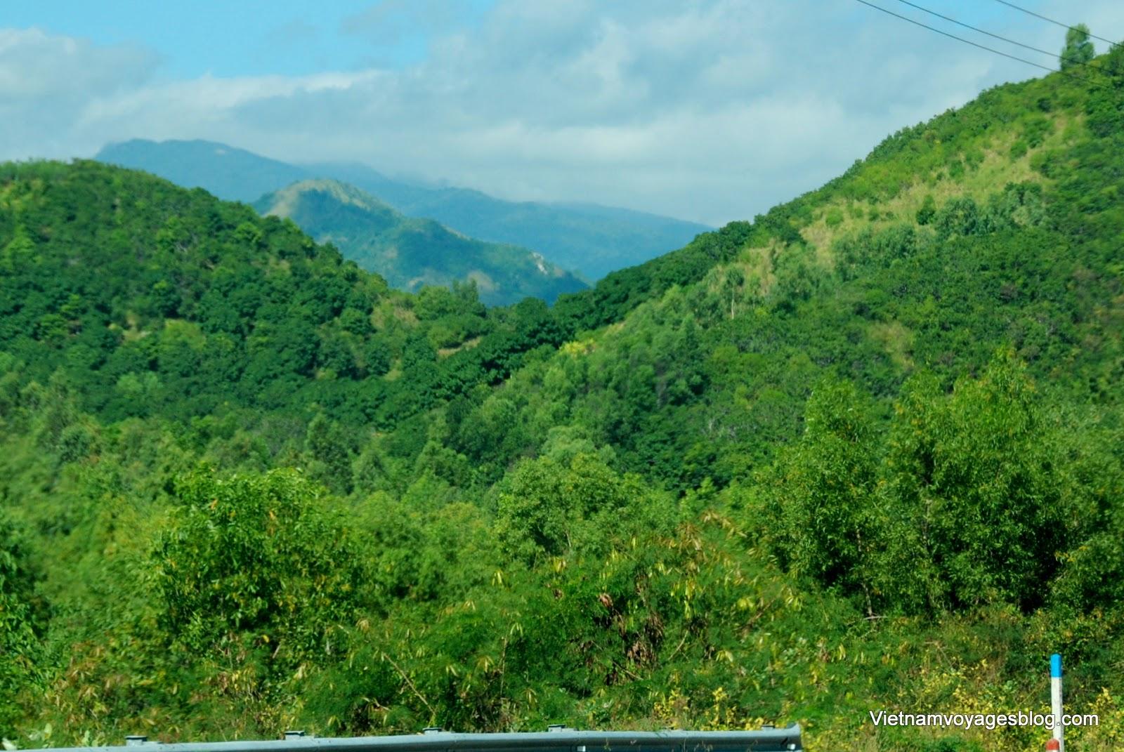 Cảnh núi rừng trên đoạn đường từ Nha Trang đến Phú Yên