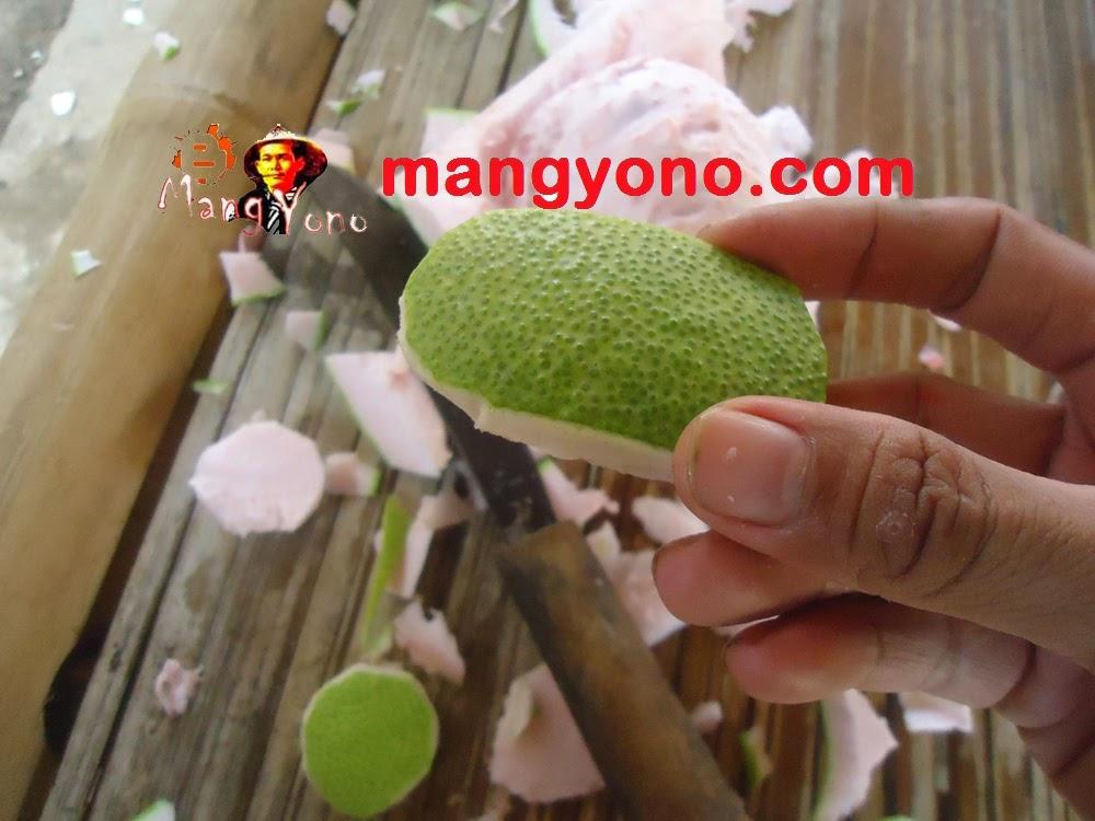 Buat potongan kulit jeruk bali berbentuk opal atau lonjong