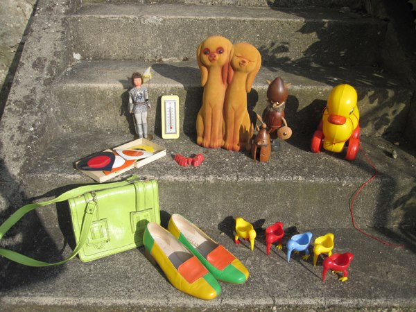 60s colorblock loafers , rooster egg cups , Jeanne d' Arc , heart shape coasters 1950 1960 1970 50s 60s 70s yard sale car boot