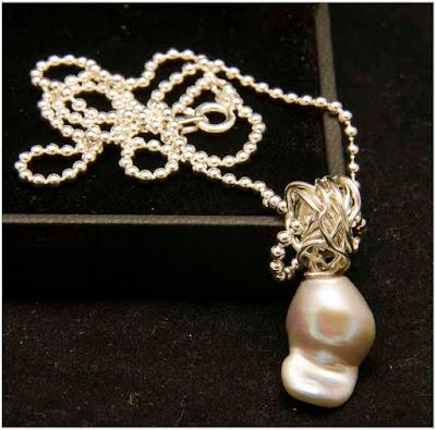 Gargantilla bolitas de plata colgante ovillo de plata y perla barroca gris. Joyería Artesanal Personalizada