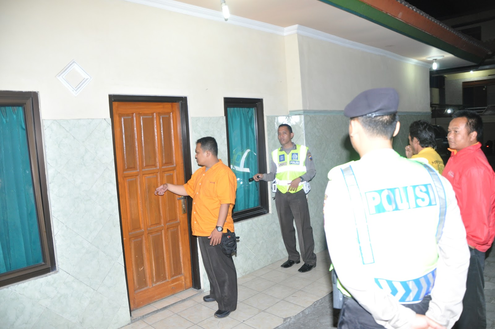 RAZIA HOTEL Petugas Polres Semarang Saat Menggelar Razia Hotel Melati Di Kawasan Bandungan Dalam Operasi Pekat Candi 2012 Minggu 22 7 Dini Hari