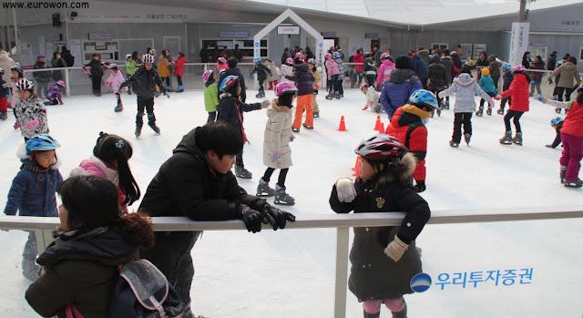 Pista de patinaje sobre hielo para niños en la Plaza de Seúl