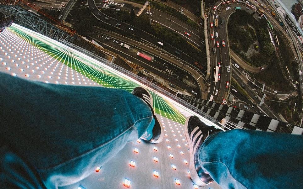 صورة من أعلى مبنى وهو جالس في الأعلى