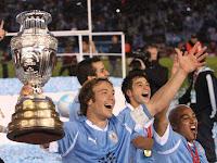 Capitan de Uruguay levanta Copa America 2011, porque VERDAD URUGUAY GANO.jpg