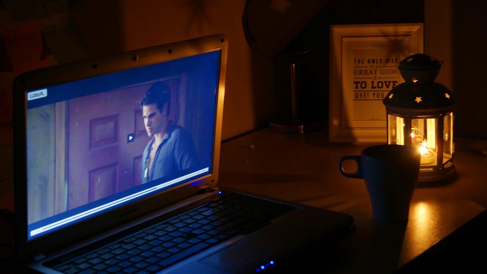film film na wieczór laptop herbata zima