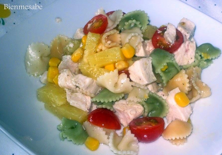 ensalada de pasta con pollo y piña