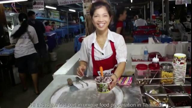 Une Thaïlandaise prépare des rouleaux de crème glacée