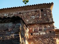 Detall de la façana de migdia de Sant Martí del Brull