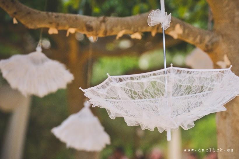 decoracion de boda sombrillas colgadas de los arboles
