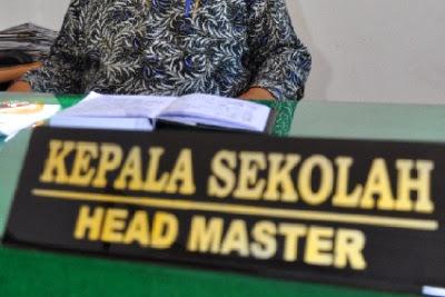 Peran kepala sekolah sebagai pemimpin institusi dan manajemen.
