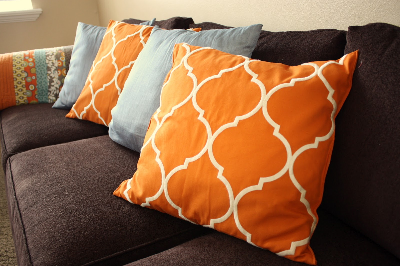 Throw pillows from pottery barn clearance tablerunner for Cuscini colorati per divani