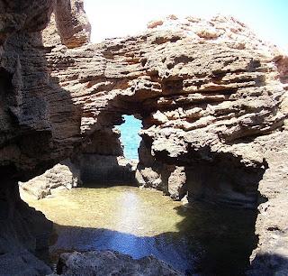 Pont i accés exterior a la cova