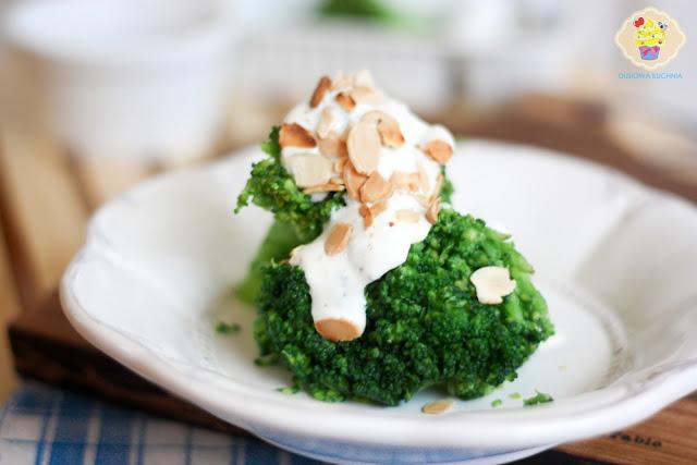 brokuł z sosem czosnkowym, brokuł w sosie z płatkami migdałów, jak ugotować brokuły
