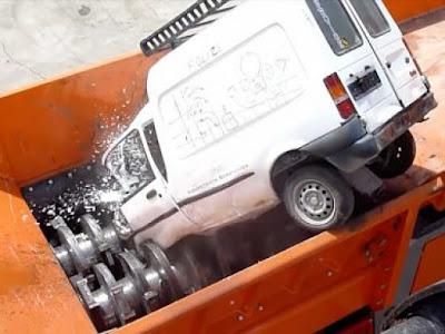 Δείτε το μηχάνημα-τέρας που «καταβροχθίζει» αμάξια