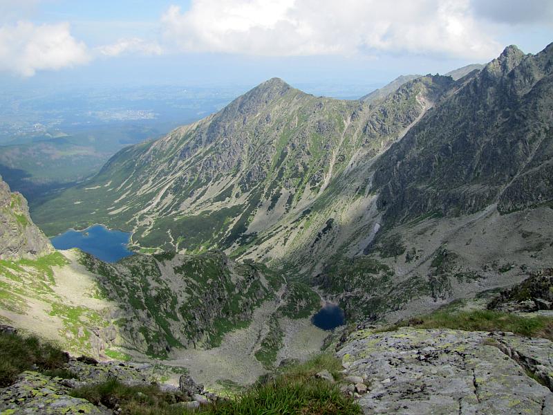 Dolina Gąsienicowa.  Na wprost widać Żółtą Turnię (2087 m n.p.m.), a po prawej Skrajny Granat (2225 m n.p.m.).