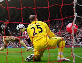 Liverpool vs Sunderland, masuknya balon ke lapangan