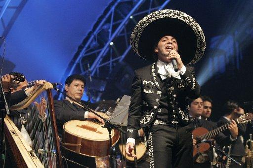Cristian Castro cantando en concierto
