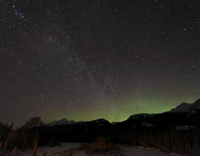 Một vệt sao băng Quadrantids trên bầu trời Công viên Quốc gia Bnaff ở Alberta, Canada đêm 3/1/2009.