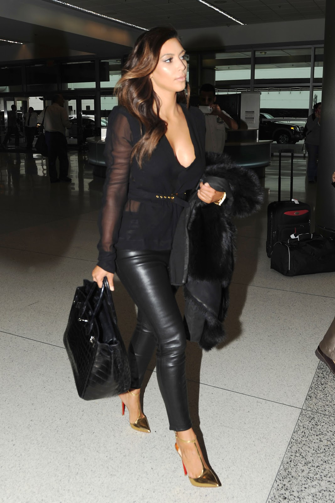 http://3.bp.blogspot.com/-yNP5Y5ch7A8/UIB4wEztAiI/AAAAAAAAUNs/VjEfZIP1wfs/s1600/Kim+Kardashian+arriving+at+Miami+Airport+October+17th+2012+-10.jpg