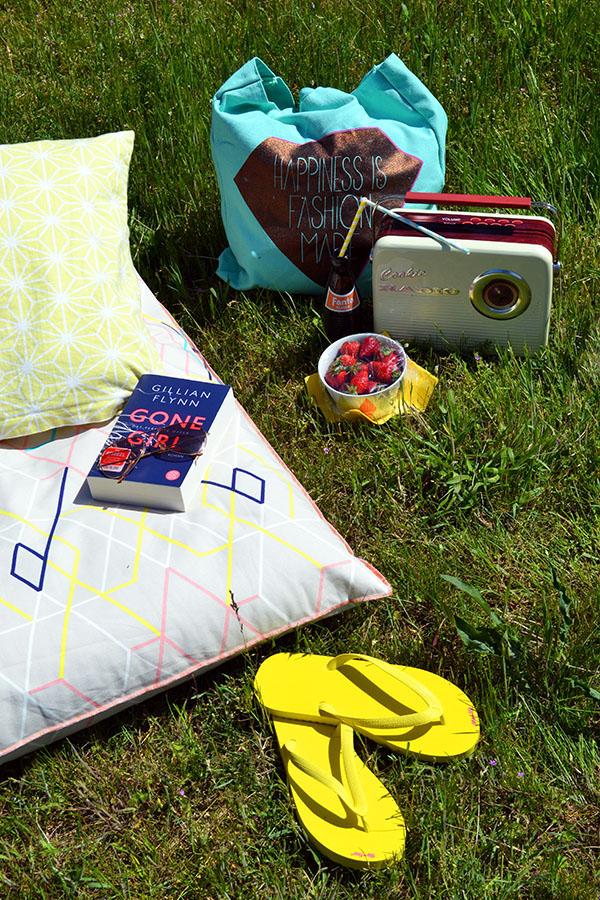 Mit Erdbeeren, Musik, coolen Drinks und einem guten Buch in der Sonne liegen.