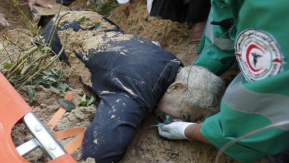 Paramédicos palestinos atendem ferido em ataque israelense