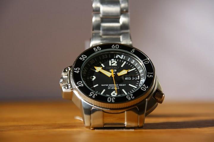 Продам мужские наручные часы SEIKO 200M DIVER s WATCH COMPASS BEZEL SKZ211K1