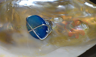 Anillo aluminio plateado y ágata azul tipo botón
