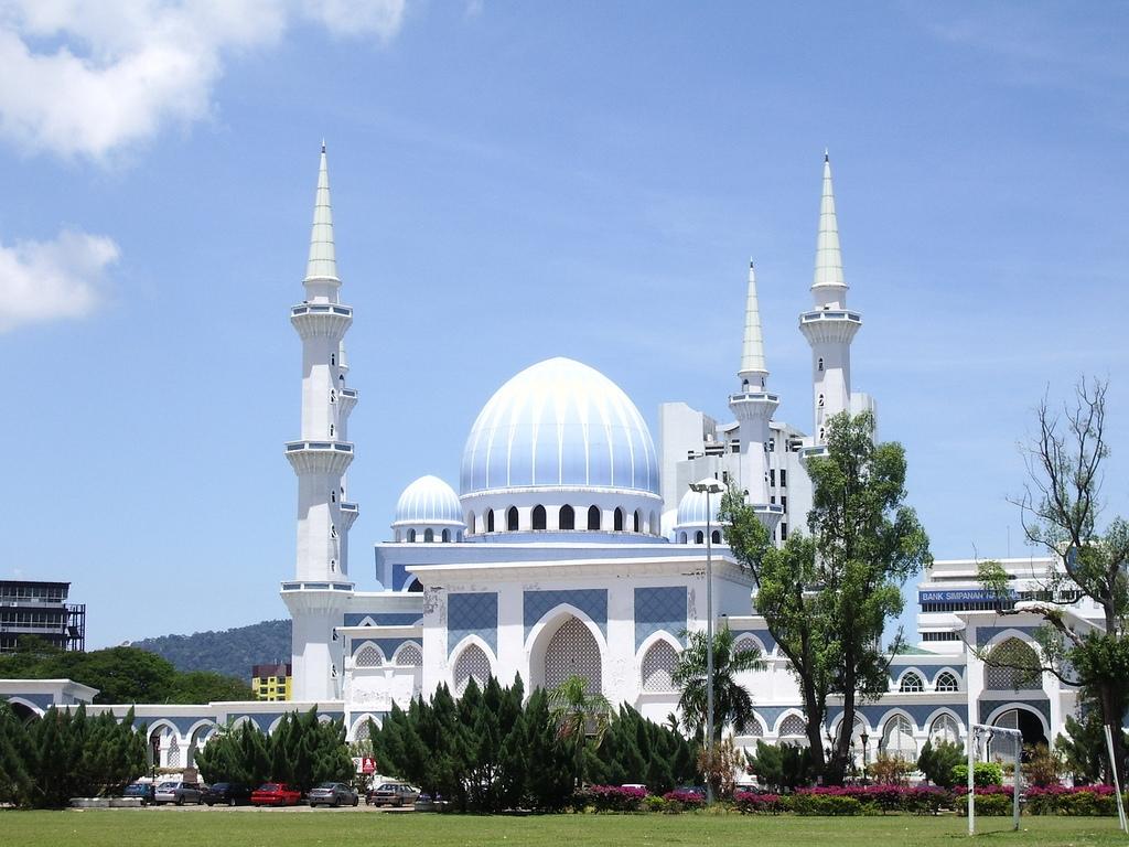 http://3.bp.blogspot.com/-yO38kO6Onxc/TtexzHHl7sI/AAAAAAAAAQY/nqlKsKEzqhw/s1600/kuantan-mosque-in-malaysia.jpg