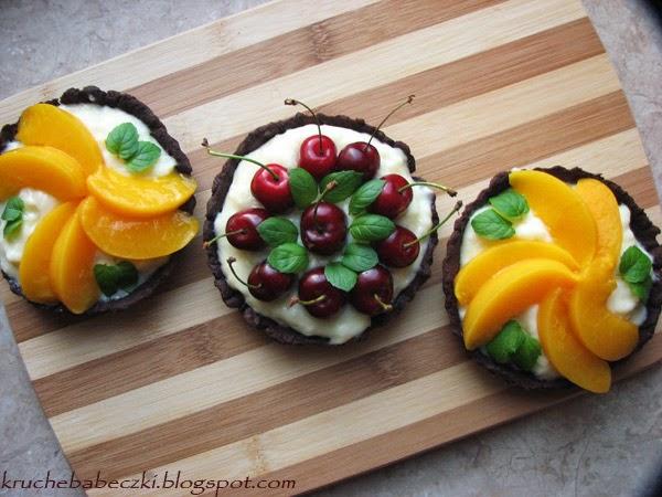 Letnie czekoladowe mini tarty z owocami na oleju rzepakowym