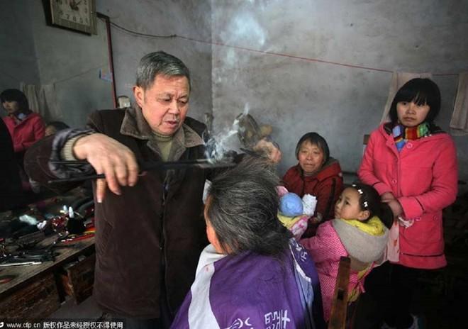 Nghề cắt tóc bằng kẹp sắt nóng ở Trung Quốc 1