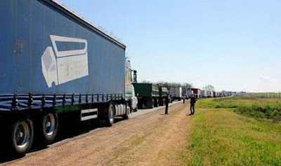 Crimean Tatars and activists blocked the entry of trucks into Crimea