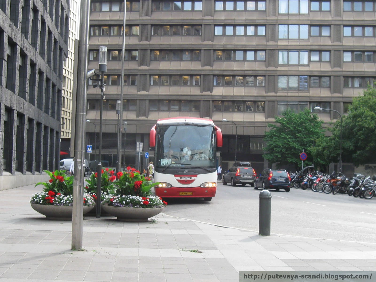 """красавец-автобус у отеля """"Скандик"""""""