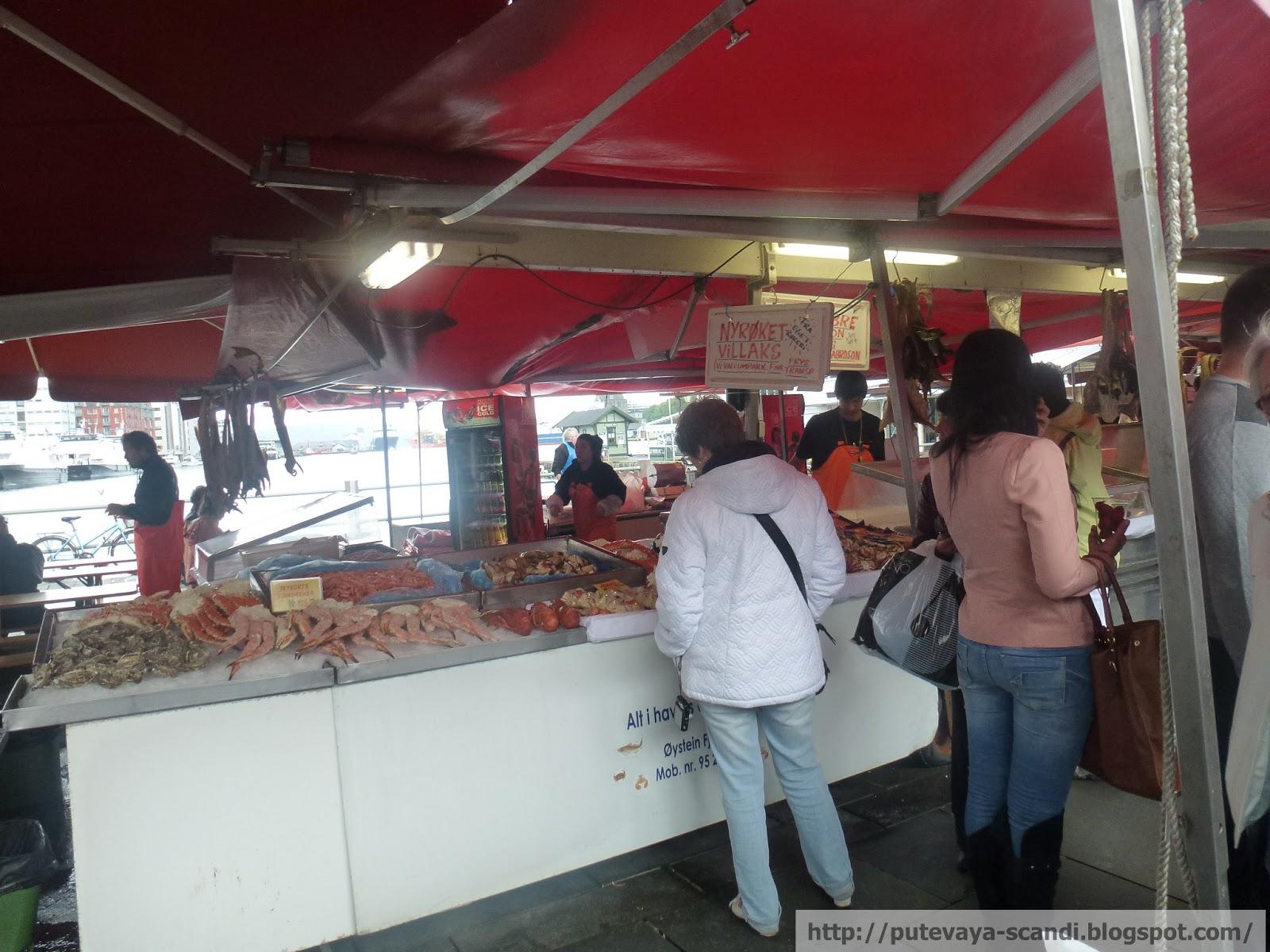 туристы на рыбном рынке