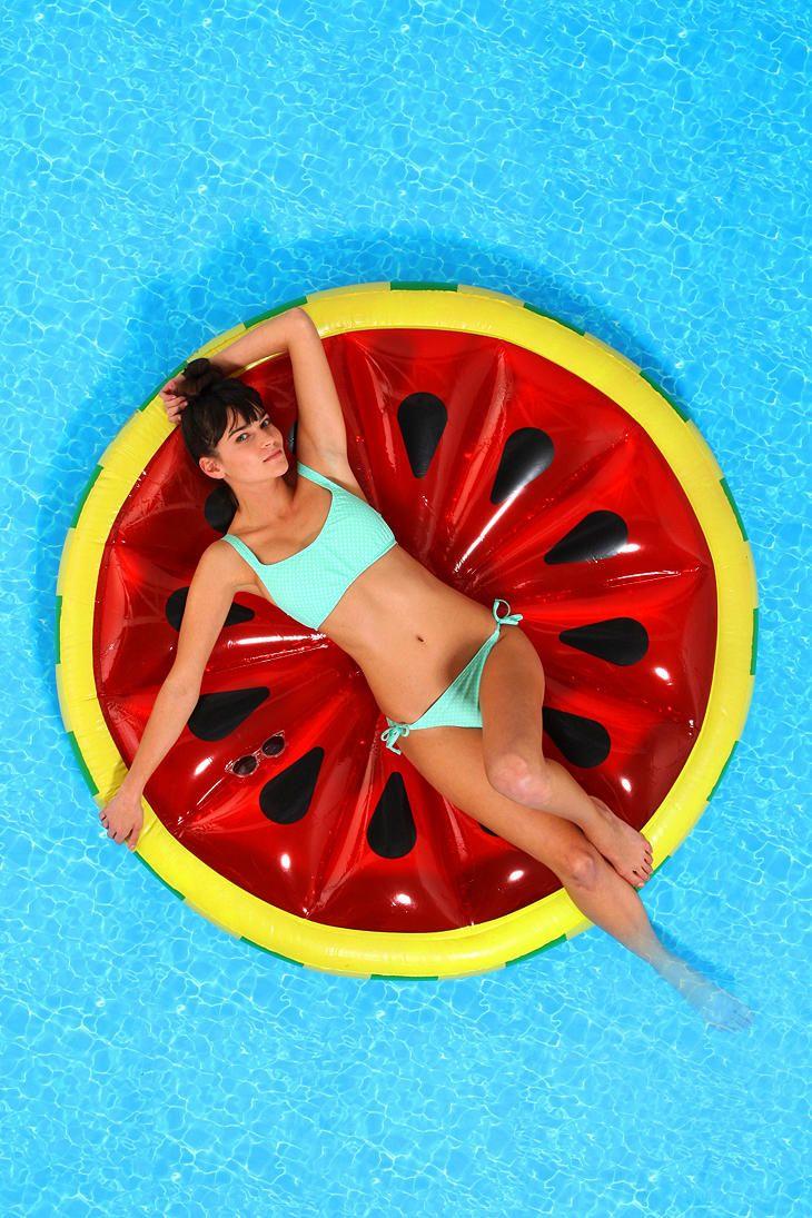 Flotadores_de_moda_para _la_piscina_y_la_playa_The_Pink_Graff_01