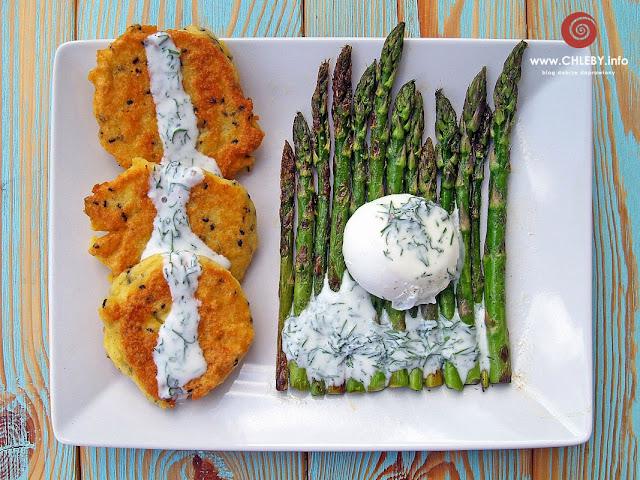 Jajko w koszulce, szparagi i genialne placuszki z kaszy jaglanej