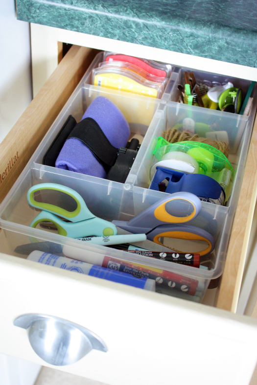 How to organize drawers in the kitchen the interior for Kitchen junk drawer