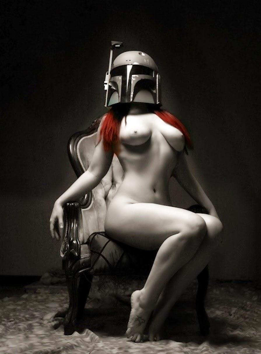 fille rousse nue arborant un casque de bounty hunter