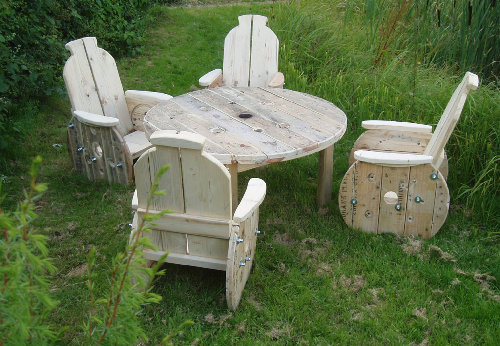 Recycled wood outdoor furniture ideas recycled things for Outdoor garden furniture