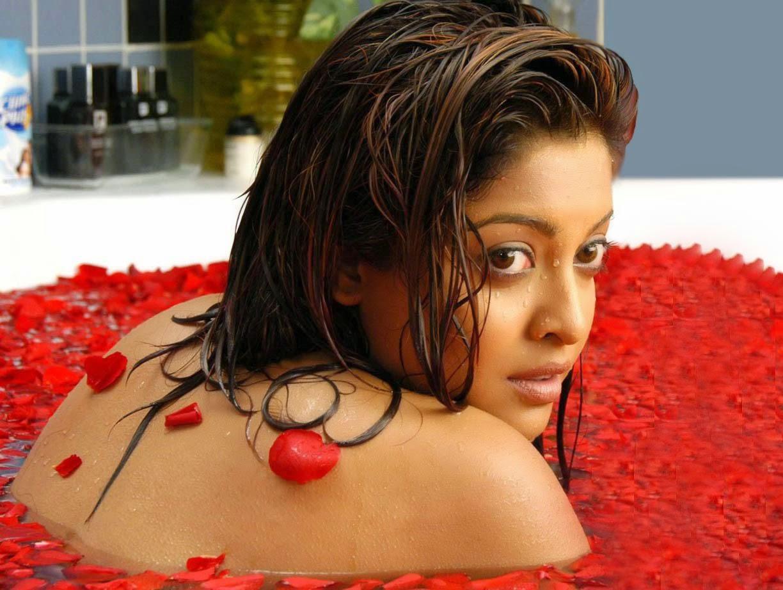 Tanushree Dutta Hot pics In Bathtub Backless Hot pics